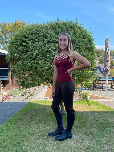 Marina trägt braune Reitleggings