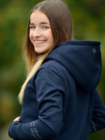 Marina im Hoodie von Royal Horsemen