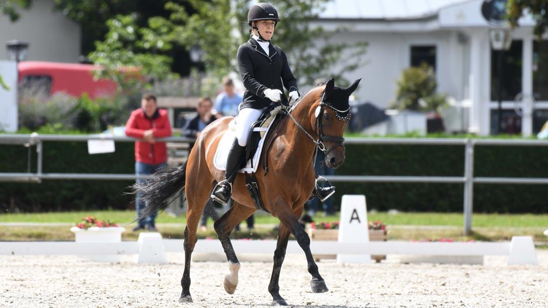 Marina reitet ihr Pony Paola auf einem Turnier